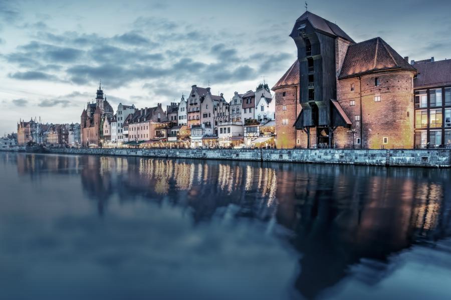 Gdansk gamla stan och berömda kran utsikt från Motlawa floden