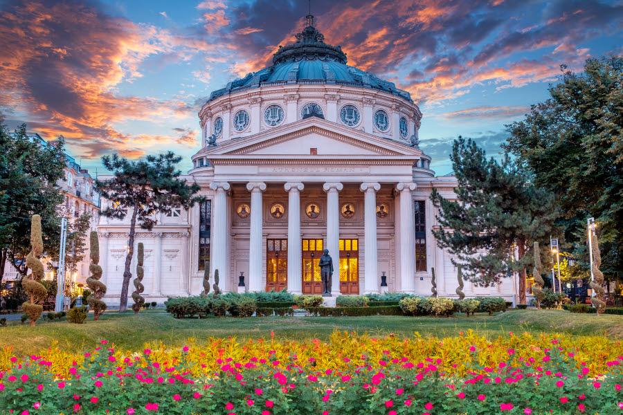 Vacker byggnad med blommor framför Bukarest