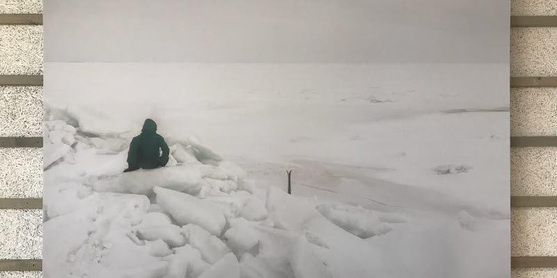 Ett foto av Kenneth Mikko på en person som sitter i en snöhög