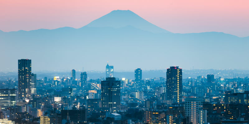 Vy över Tokyo skyline med berg i bakgrunden