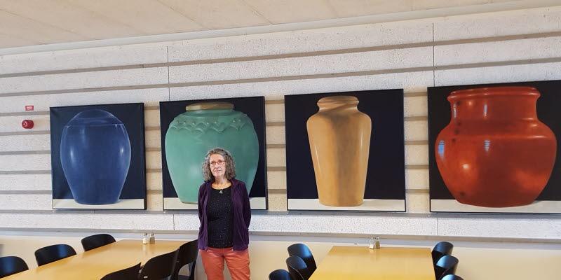 Karin EE von Törne Haern framför några av hennes konstverk