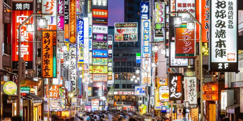 Gata i Tokyo med japanska skyltar