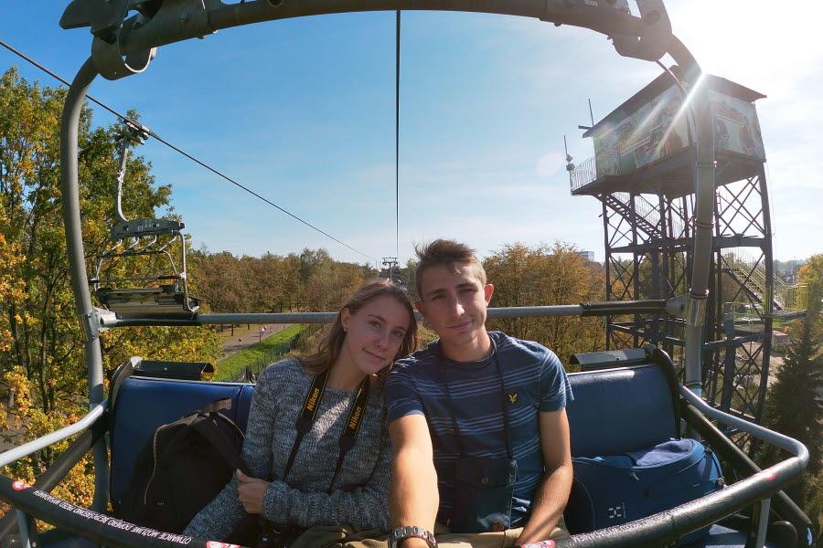 Philip och flickvännen Frida åker linbana