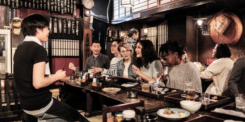 Människor sitter och äter i en japansk restaurang